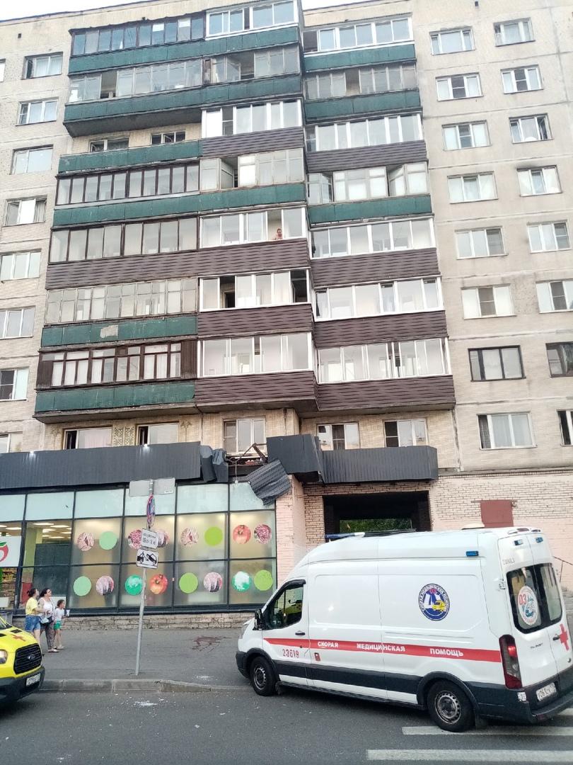 Человек выпал из окна дома 104к1 по Гражданскому проспекту
