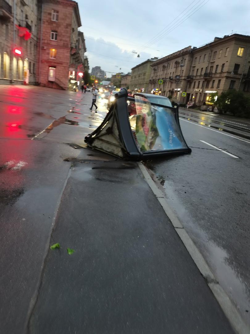 Ещё последствия плохой погоды на Савушкина, помимо [https://vk.com/wall-68471405_15097672 упавшего н...