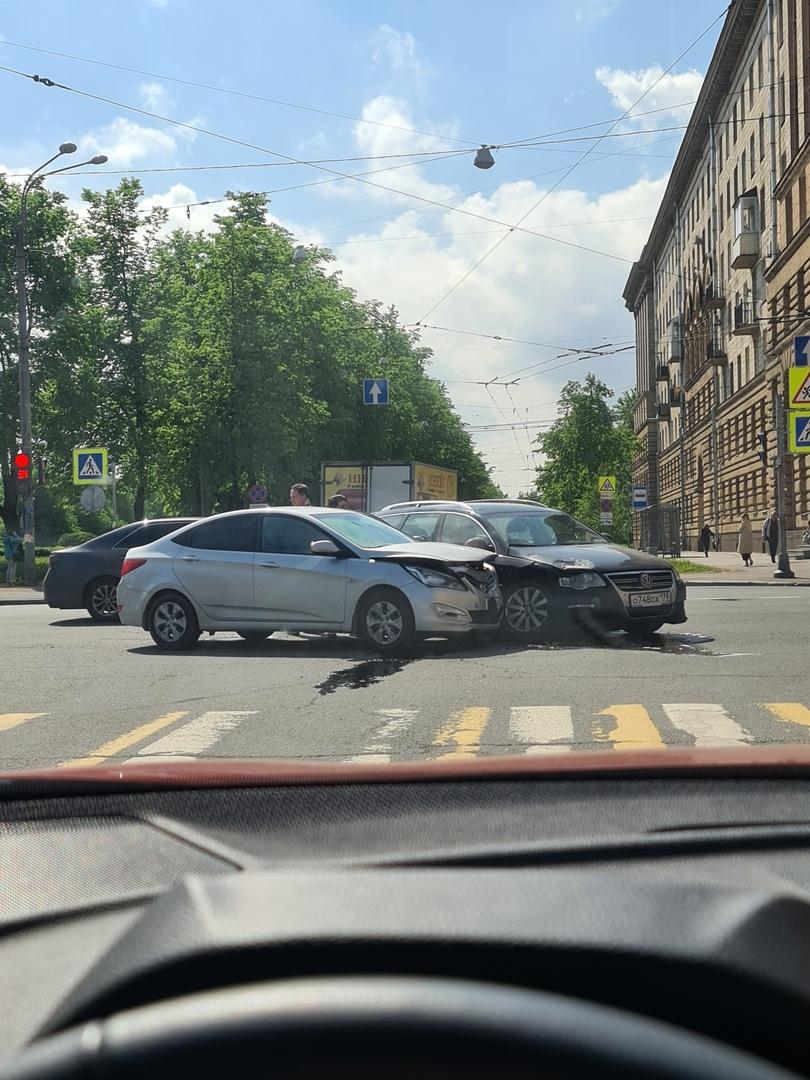 ДТП на пересечении Бульвара Красных Зорь и улицы Бабушкина. В 14.50. Как произошло-не понятно, но зв...