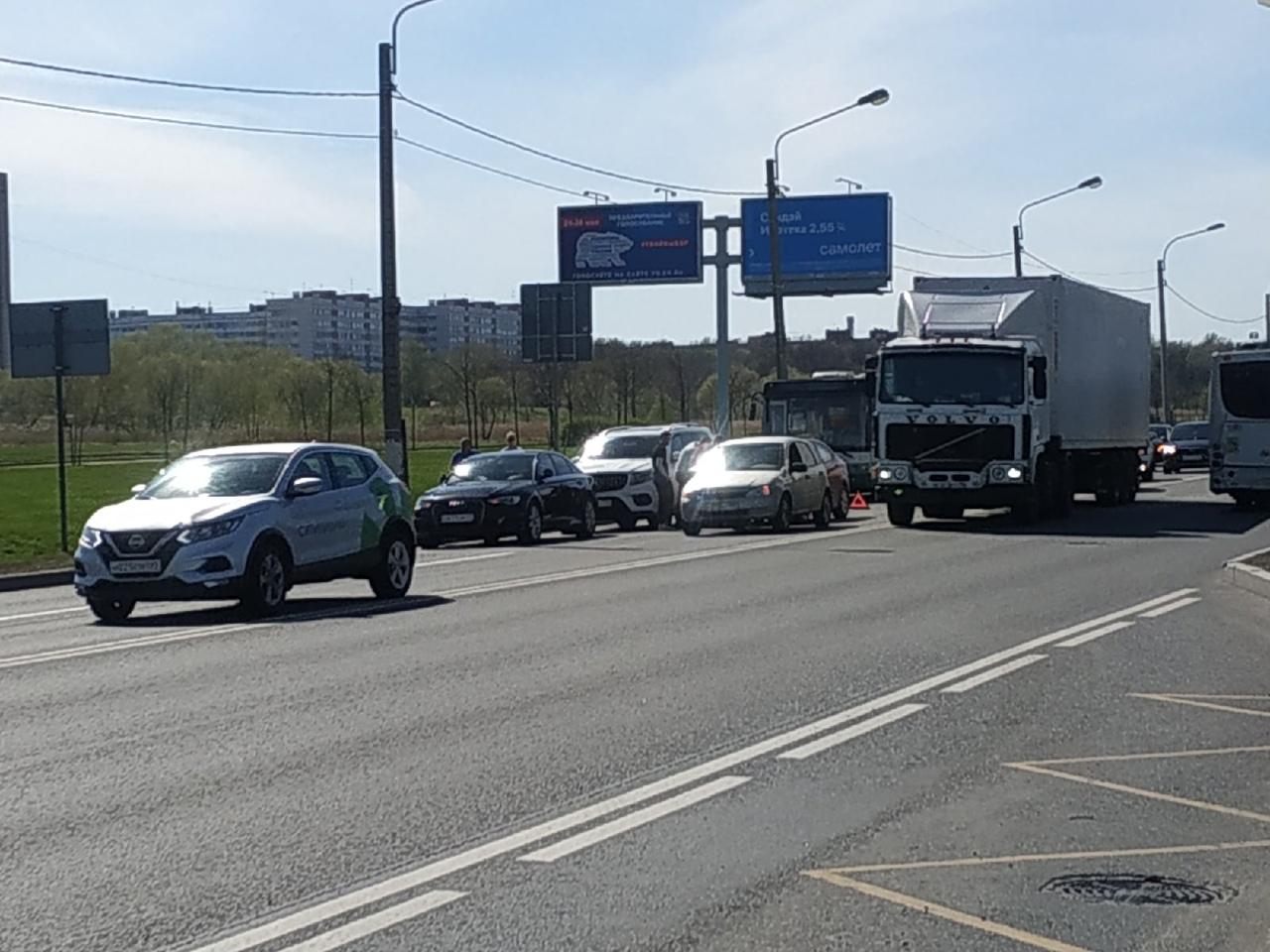 На Петергофском шоссе, перед Доблести, занято две полосы в сторону маршала Жукова.