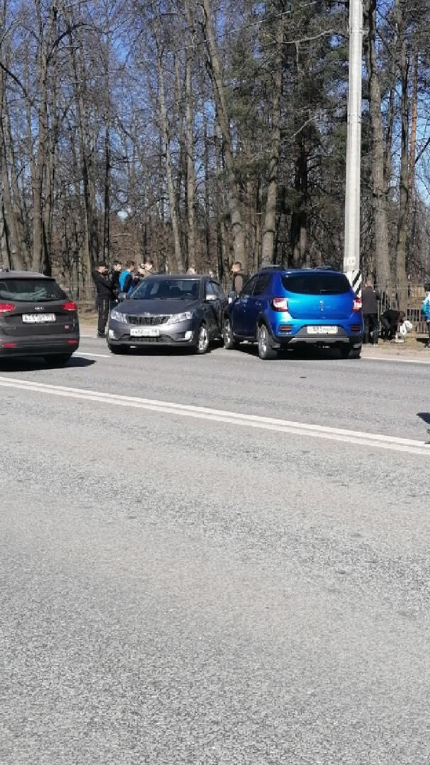На Петергофском шоссе, Киа Соул после столкновения перевернулся на крышу и зажал школьницу между ма...