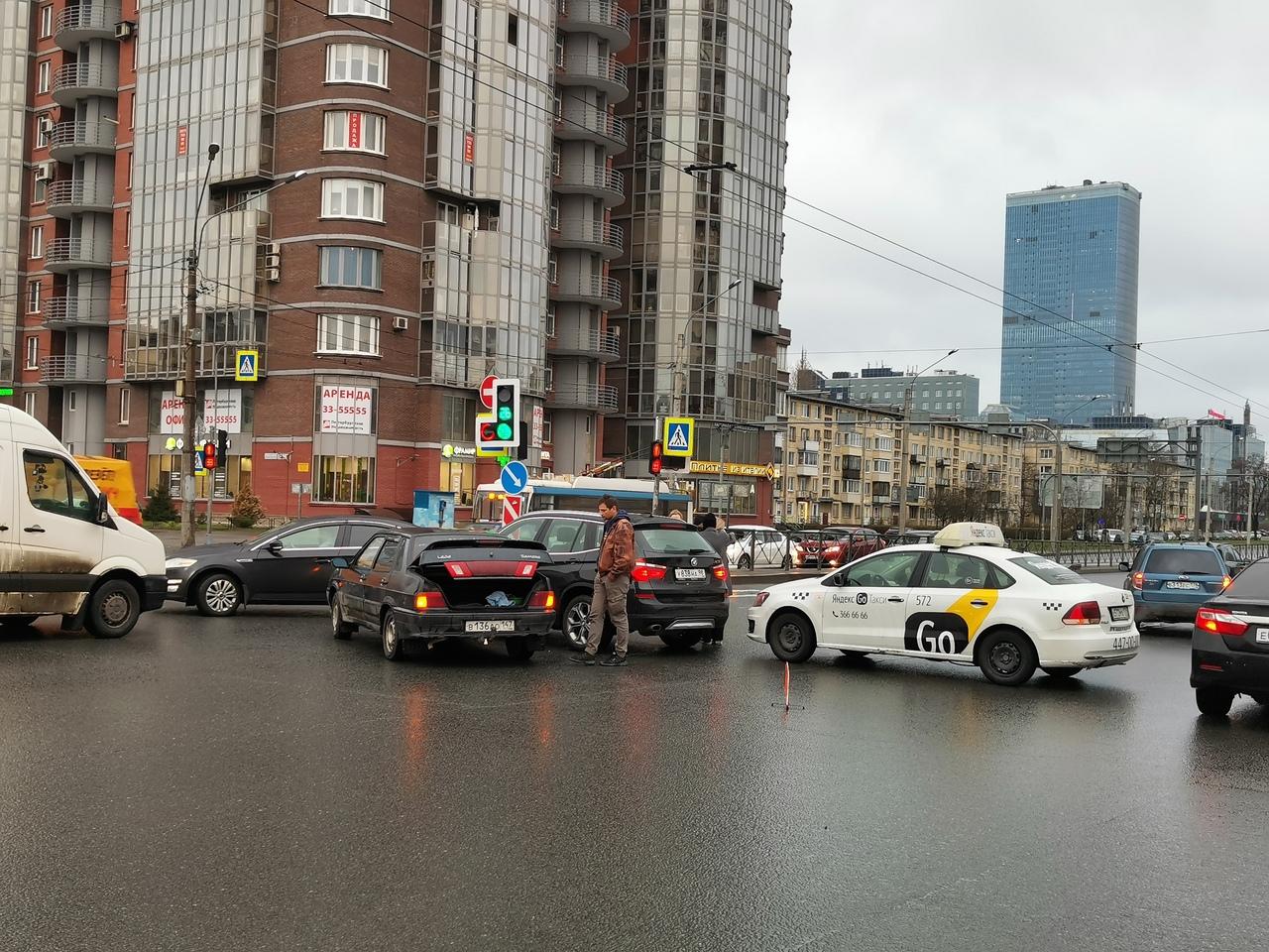 Авария заняла перекресток Ленинского проспекта и Варшавской.