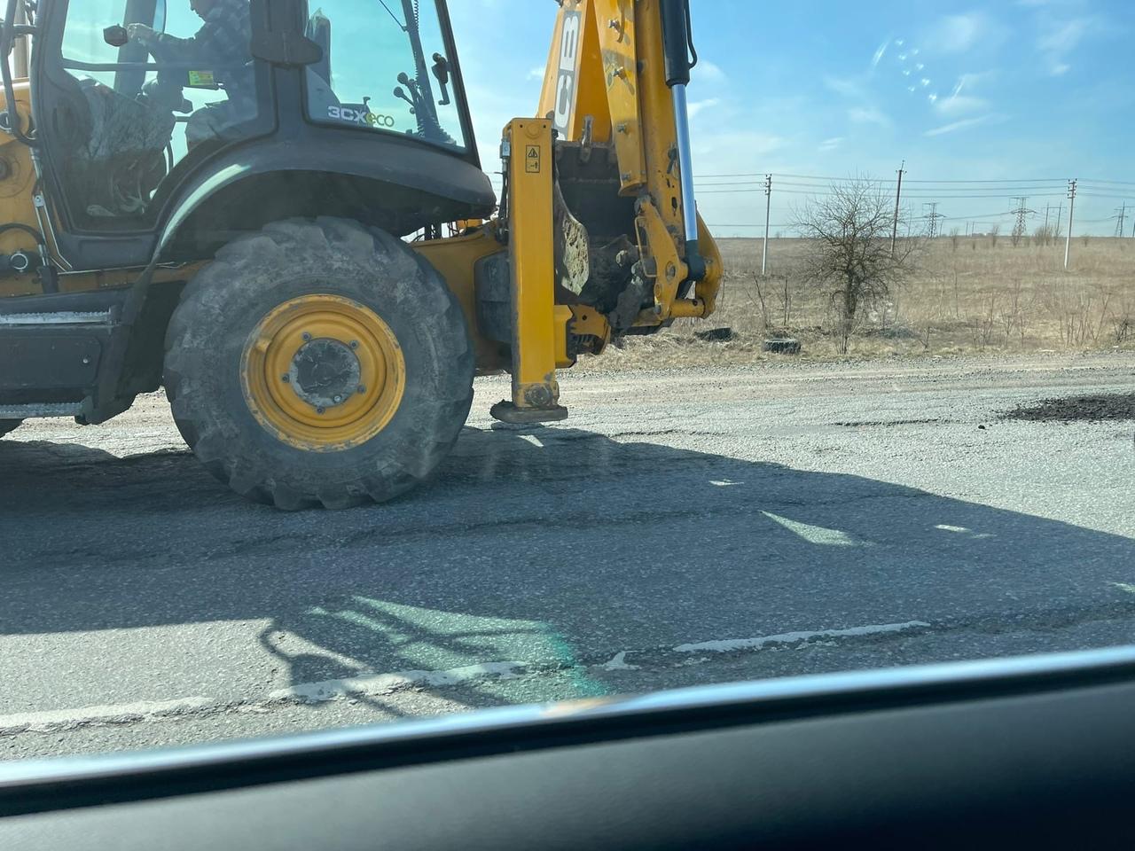 На Гатчинское шоссе приехала спецтехника и заделывает ямы, после того, как 3 дня назад мы самостояте...