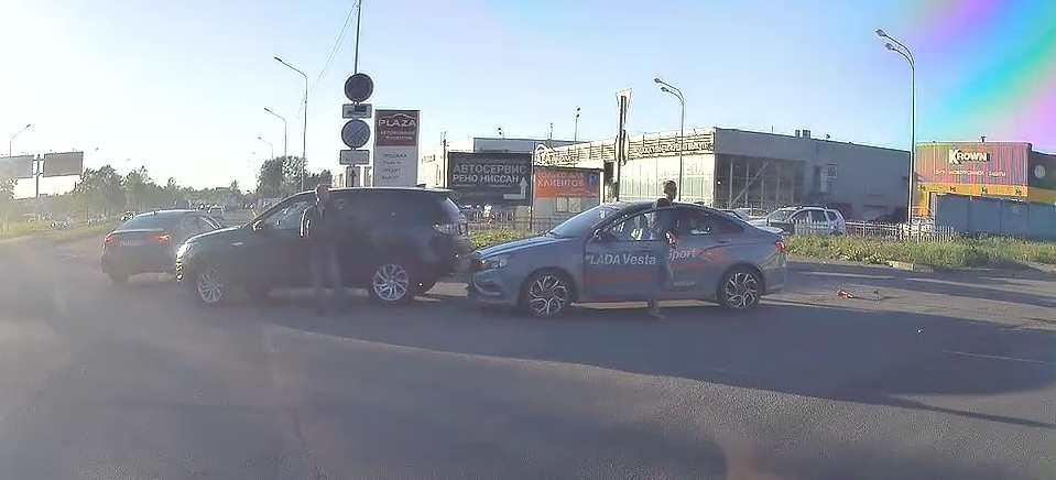 На Софийской улице Лада Веста Спорт видимо включила режим атаки, но еще до поворота и въехала в задн...