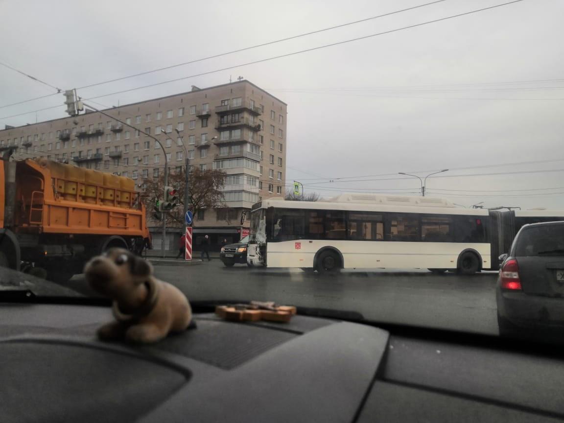 Автобус помял УАЗ на перекрестке Ленинского и проспекта Народного ополчения. Скорая и ДПС на месте.