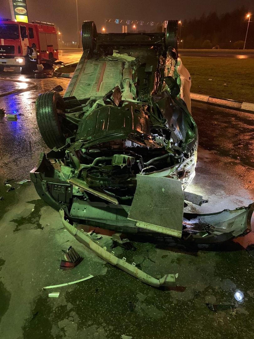 Ночью на Софийской 181 легковушка вылетела на заправку BP и перевернулась. Четверо пострадавших