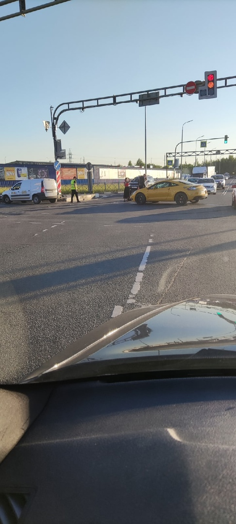 У ТЦ Мега Дыбенко. Жёлтый подбил мотоциклиста. Наездник на асфальте, живой. Ждут скорую