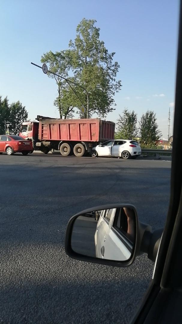 Киа залезла под самосвал на Московском шоссе в сторону города