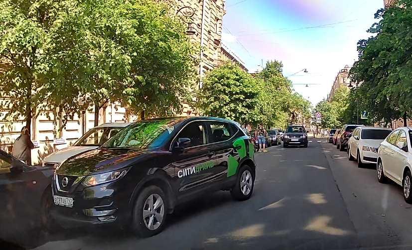 На Пушкинской улице, водитель на каршеринге СитиДрайв испортил кому-то выходные, подбив его Chevrolet ...
