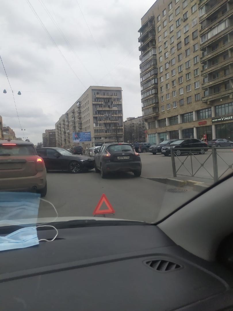 На Большеохтинском проспекте, при въезде во двор дома номер 14 БМВ не уступил Ниссану