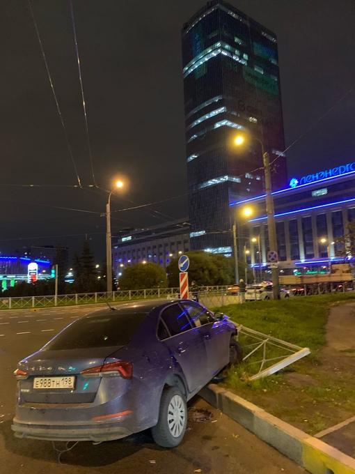 Площадь Конституции. Фото 22:16, на парковке рядом машина со сгоревшим передком.