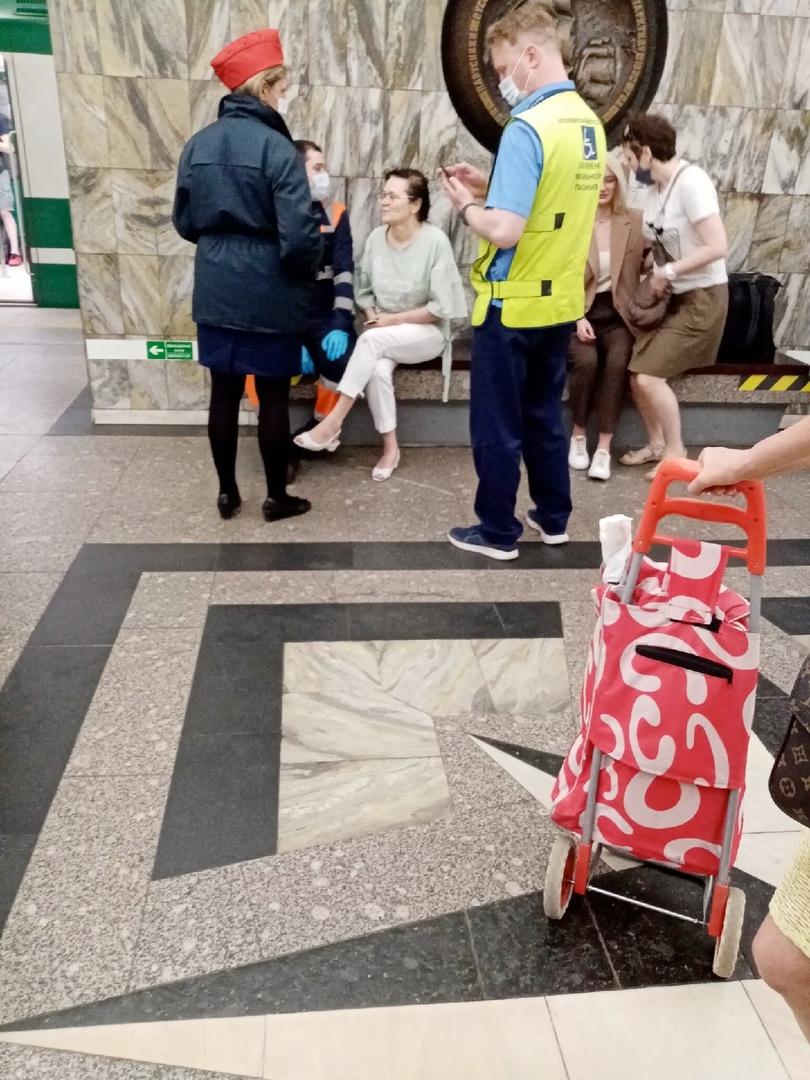 Сегодня на станции Приморская женщина упала на пути. К счастью никто не пострадал.
