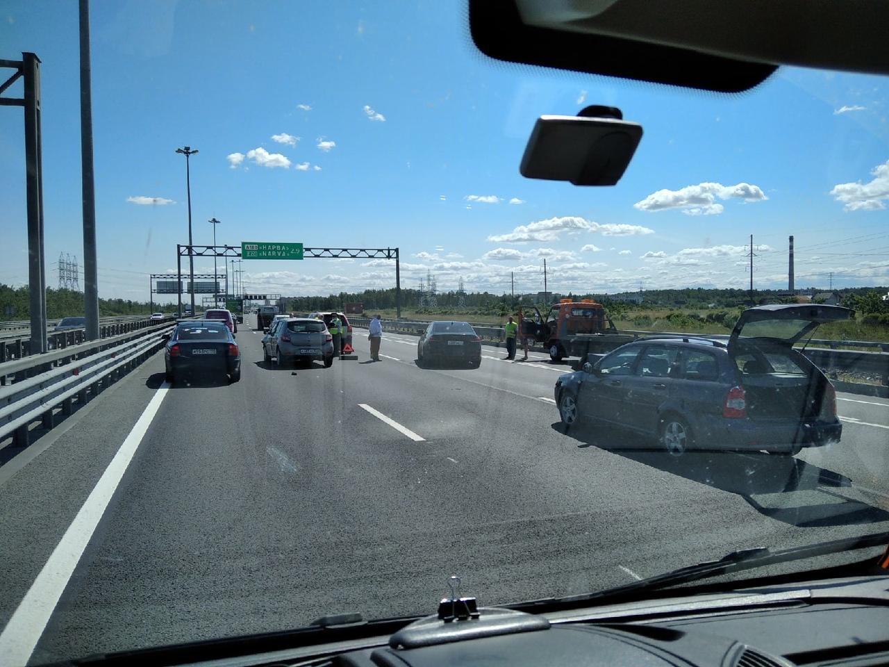 ДТП из 4-х автомобилей на 81-м км внешней стороны КАД. Полностью перекрыт средний ряд и частично п...