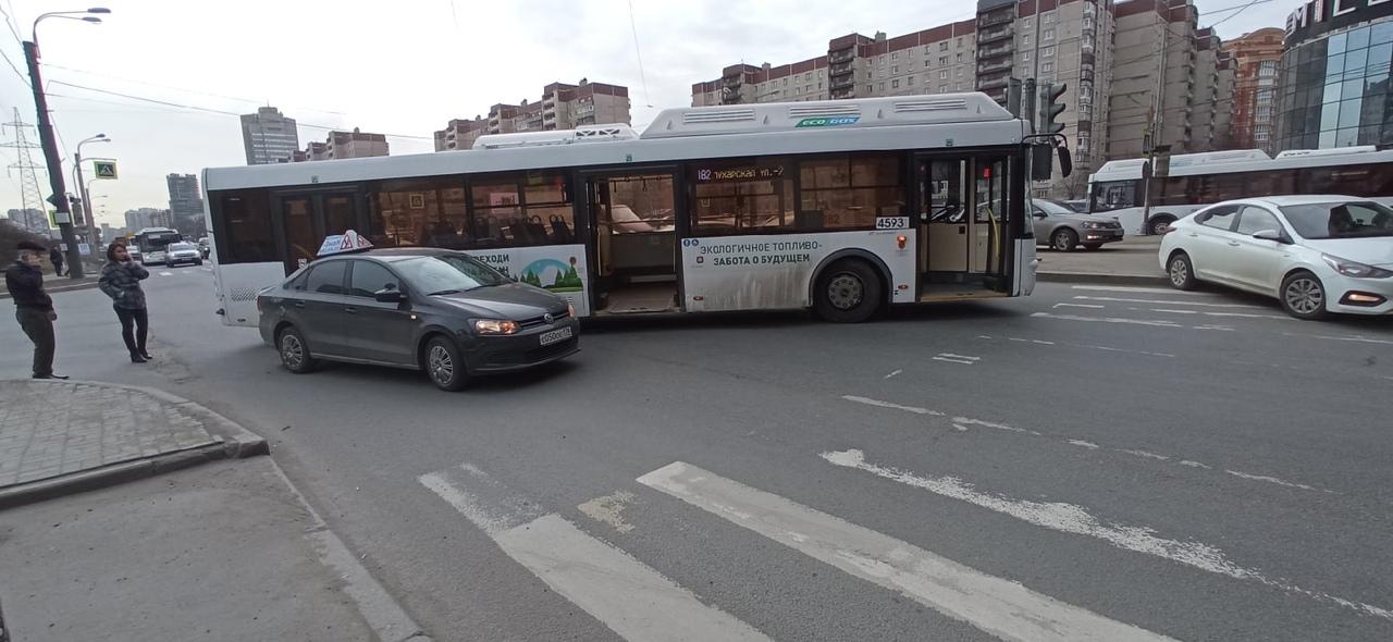 Авария автобуса и учебной машины на проспекте Испытателей.
