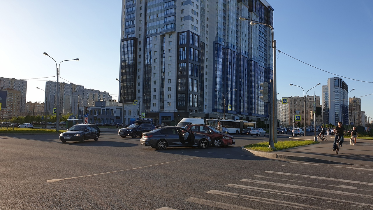 БМВ и Suzuki столкнулись на перекрестке Мебельной и Яхтенной.