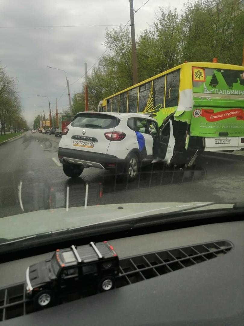 Рано утром на Северном проспекте по односторонке каршеринг врезался в припаркованный детский автобус...