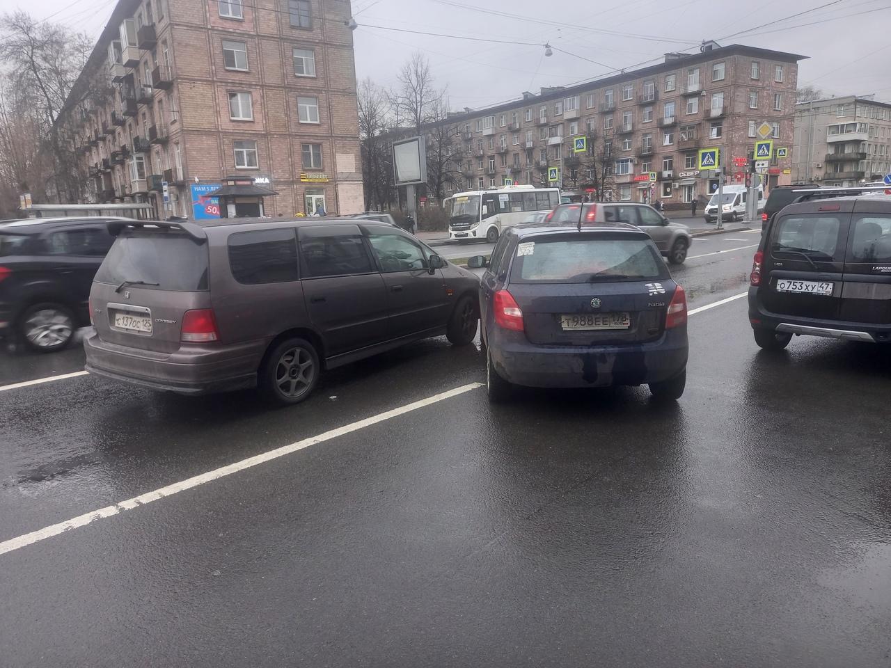На улице Бабушкина, около Елизаровской Skoda Фабия выезжала из кармана, не пропустила Хонду Одиссей ...