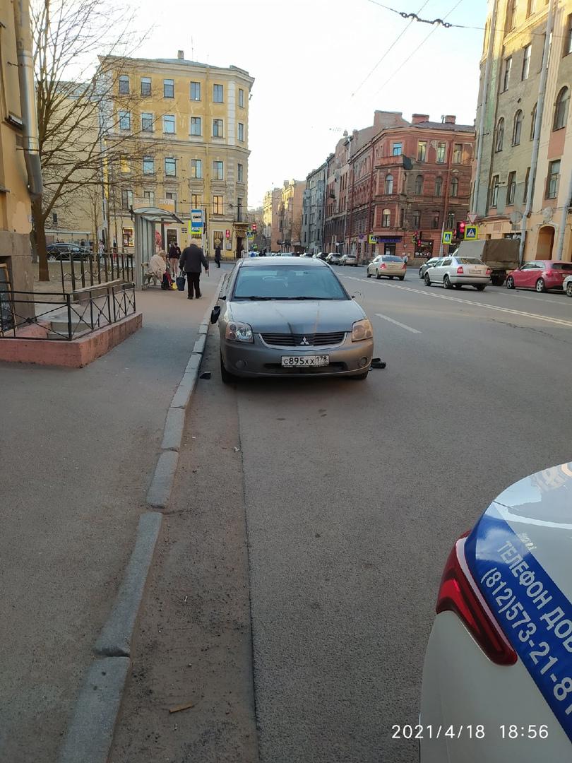 Какой-то человек разбил несколько машин на 8-й Советской. Ходил с ноги сбивал зеркала.