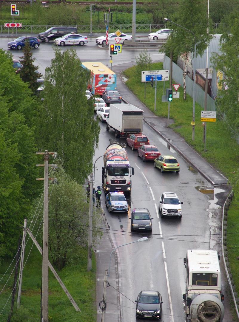 Автобетоносмеситель притерся с легковушкой на Пушкинской улице в Шушарах.