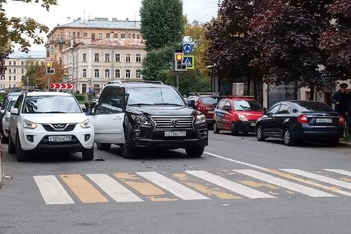 Lexus поработал швейцаром у Тигго около пл. Тургенева на Английском проспекте. Службы на месте, про...