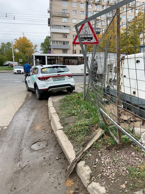 На перекрёстке 2-й Комсомольской и Ветеранов, каршеринг поворачивал, не пропустив Газель