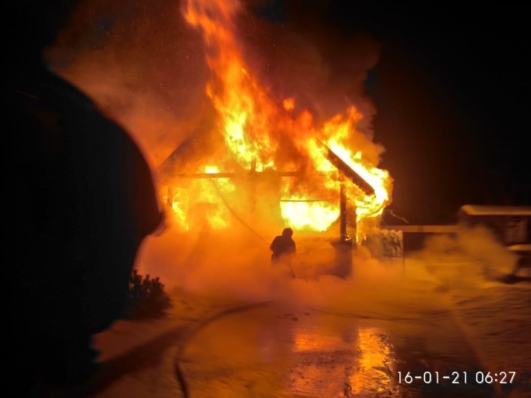 В деревне Агалатово в 6 утра загорелся дом. К месту пожара выехал дежурный караул [club63399113 П...