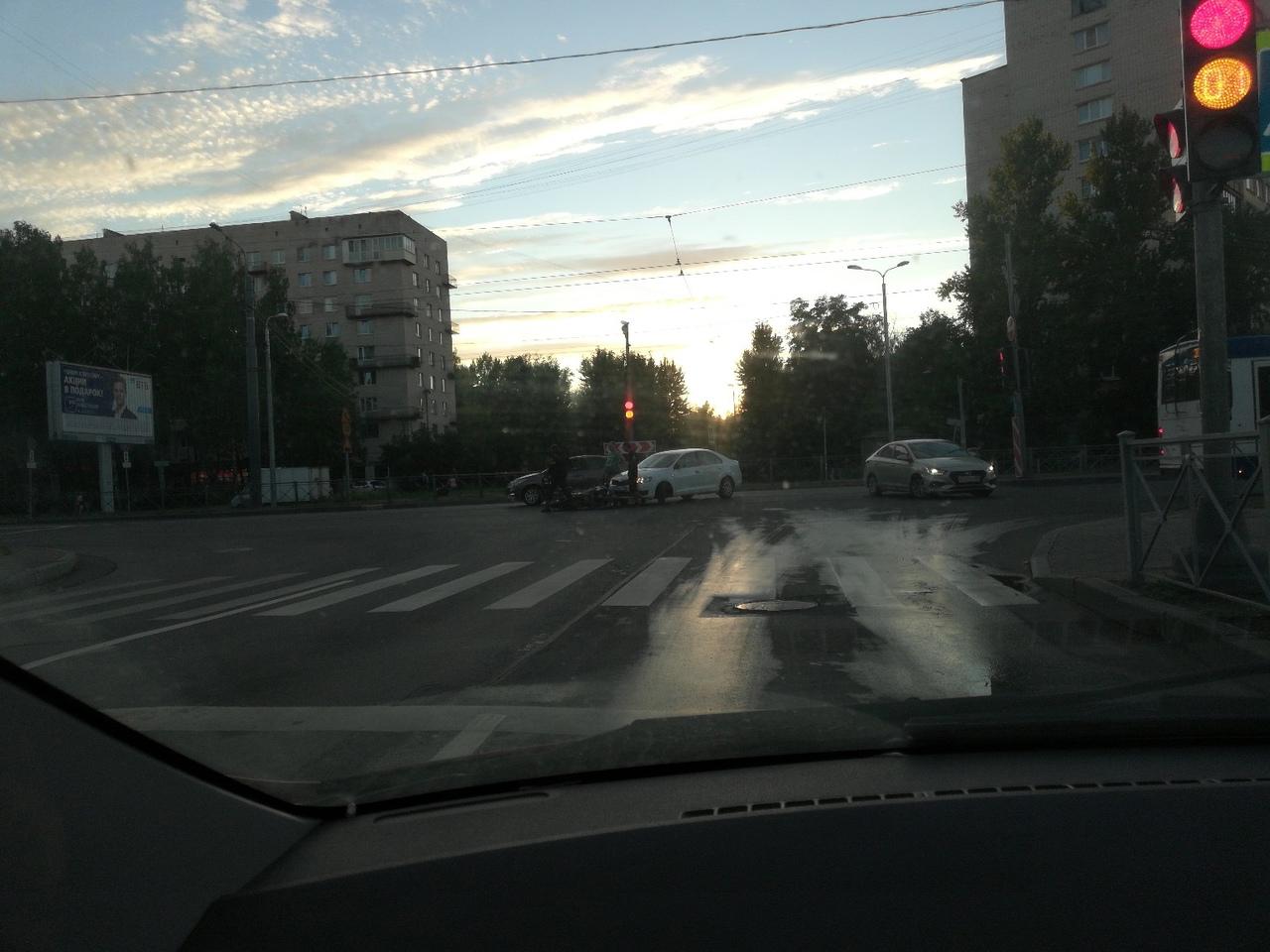 Авария с мотоциклистом на перекрёстке пр. Ветеранов и улицы Танкиста Хрустицкого