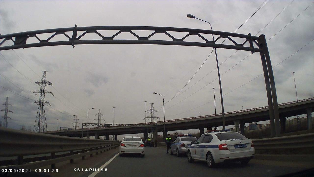 ДТП из двух автомобилей на КАД между съездами на Московское и Пулковское шоссе. Пробки по причине вы...