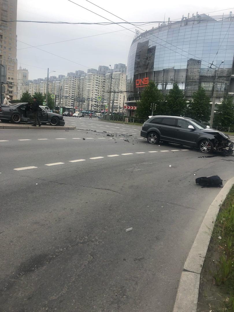 На Комендантской площади, водитель Audi Q7 на полной скорости влетел на Перекрёсток, протаранив Niss...