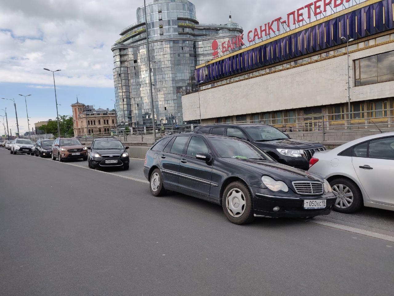 На Пироговской Toyota приехала в Chevrolet, другие объезжают их по пешеходной части.