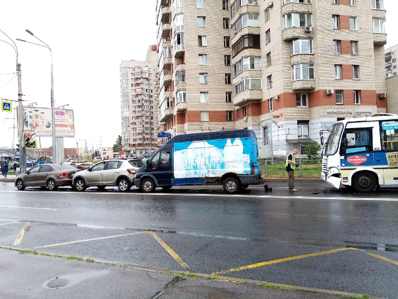 На Олеко Дундича перед Малой Балканской паровозик из трёх машин и маршрутки №25. Движение заблокиров...