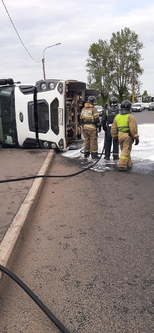 На Двинской 23 водитель не справился с управлением и тягач завалился на бок. У водителя царапина.
