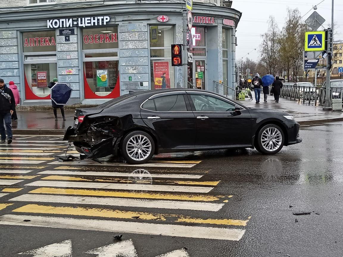 Авария на перекрестке улицы Бабушкина и проспекта Елизарова