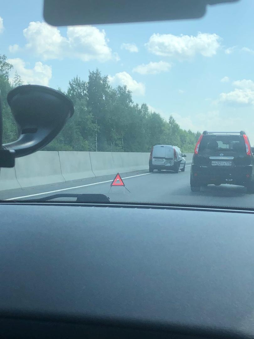 На Московском шоссе, в районе Колпина… два гонщика устроили не большой затор. Стоят… загорают…