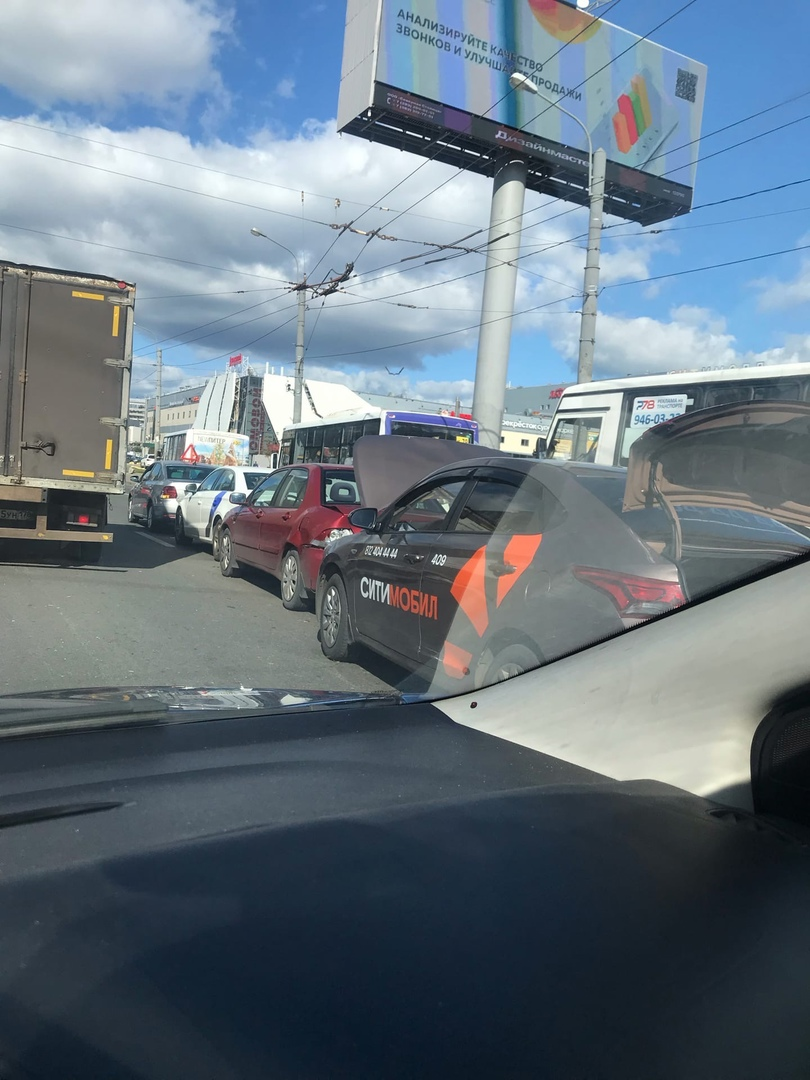 На перекрестке Испытателей и Коломяжского столкнулись 4 машины.