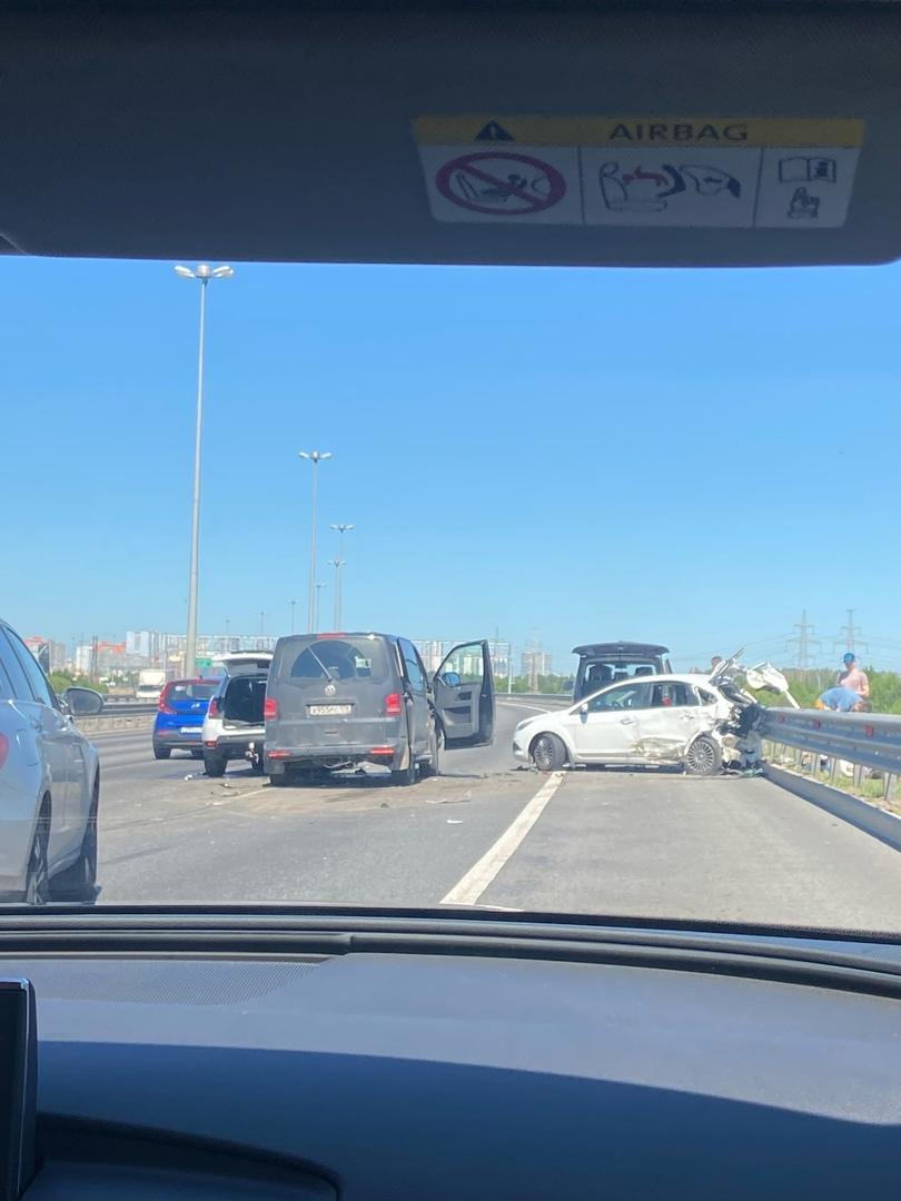 Renault Дастер, Volkswagen и Ford столкнулись на внешней стороне КАД , рядом со съездом на Мурино