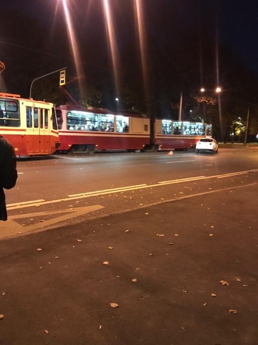 На 2-й Муринском проспекте, в сторону пл. Мужества столкнись два седана, трамваи стоят. Приехал эвак...