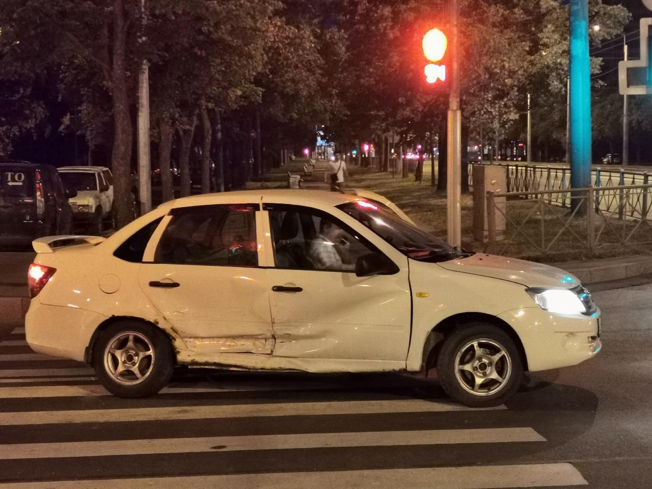 ДТП у метро проспект Ветеранов между Фольксвагеном и Ладой в 23:40
