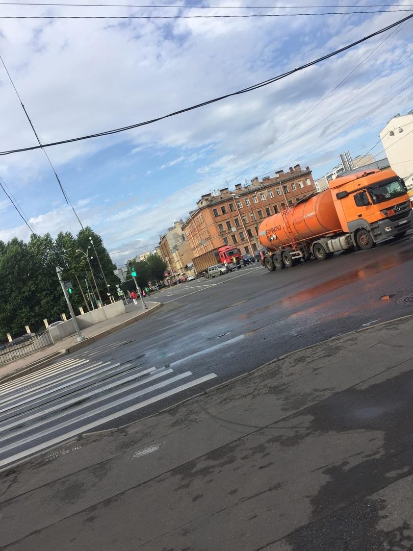 На пересечении набережной Обводного канала и Тамбовской улицы двойное ДТП с участием грузовиков и ле...