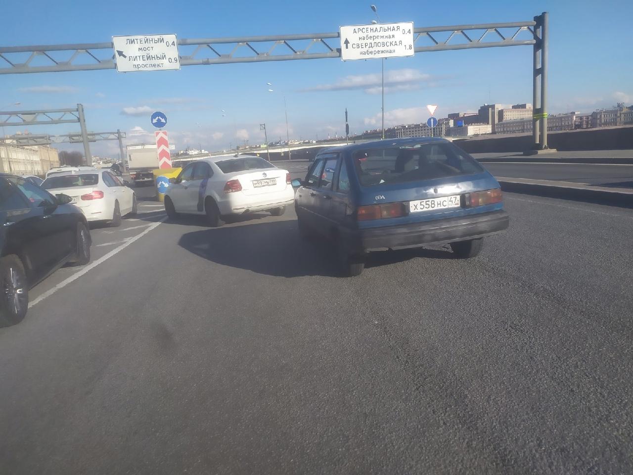 На Пироговской набережной, перед съездом на Литейный мост, каршеринг в последний момент решил, что е...