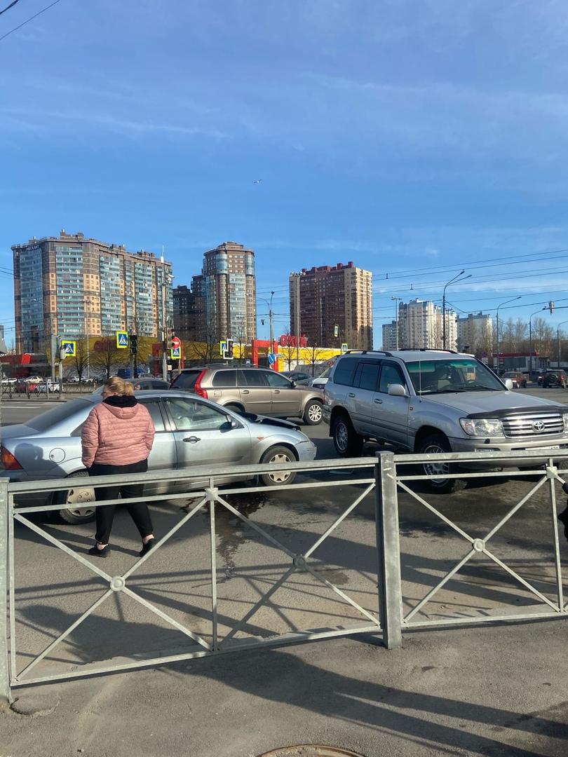 Авария на перекрестке Просвещения и Ушинского, проезду мешают, перегородили полосу , стоят уже около...