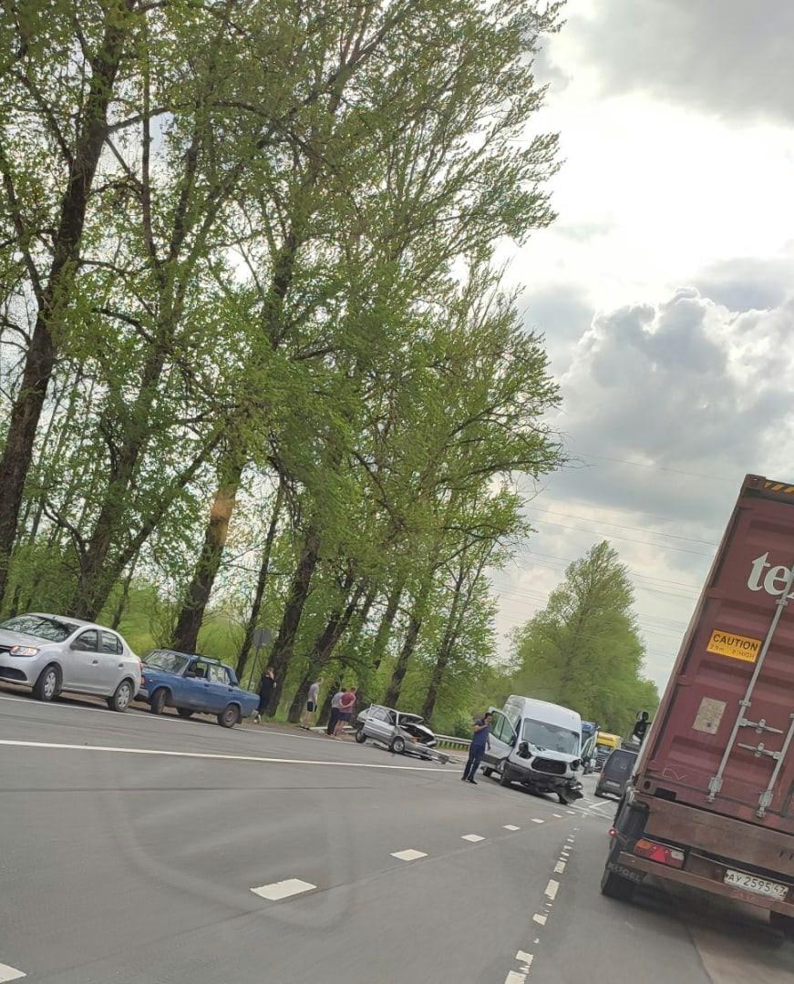 Серьезное ДТП между ВАЗ и Ford Транзит на трассе А-180 «Нарва» в районе 17 часов на подъезде к г. Ки...