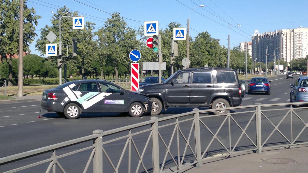 Вышел пешочком прогуляться и увидал такую картину на перекрестке Ветеранов и Здоровцева. Дело было в...
