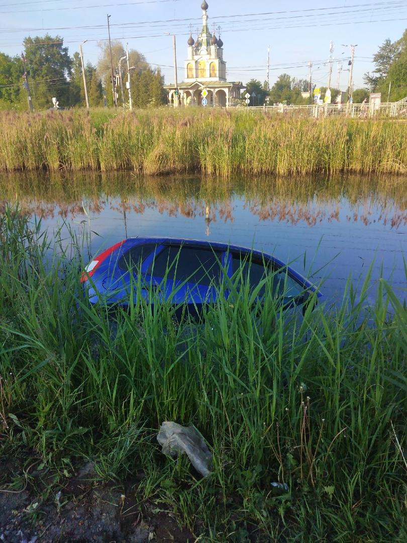 Возле железнодорожной станции Сергеево, в пруду находится автомобиль лада калина.
