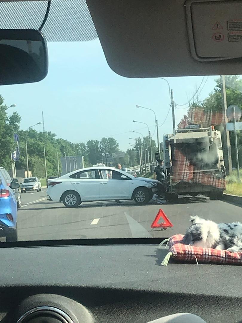 Solaris подбил мусоровоз на Митрофаньевском шоссе в сторону Ленинского проспекта