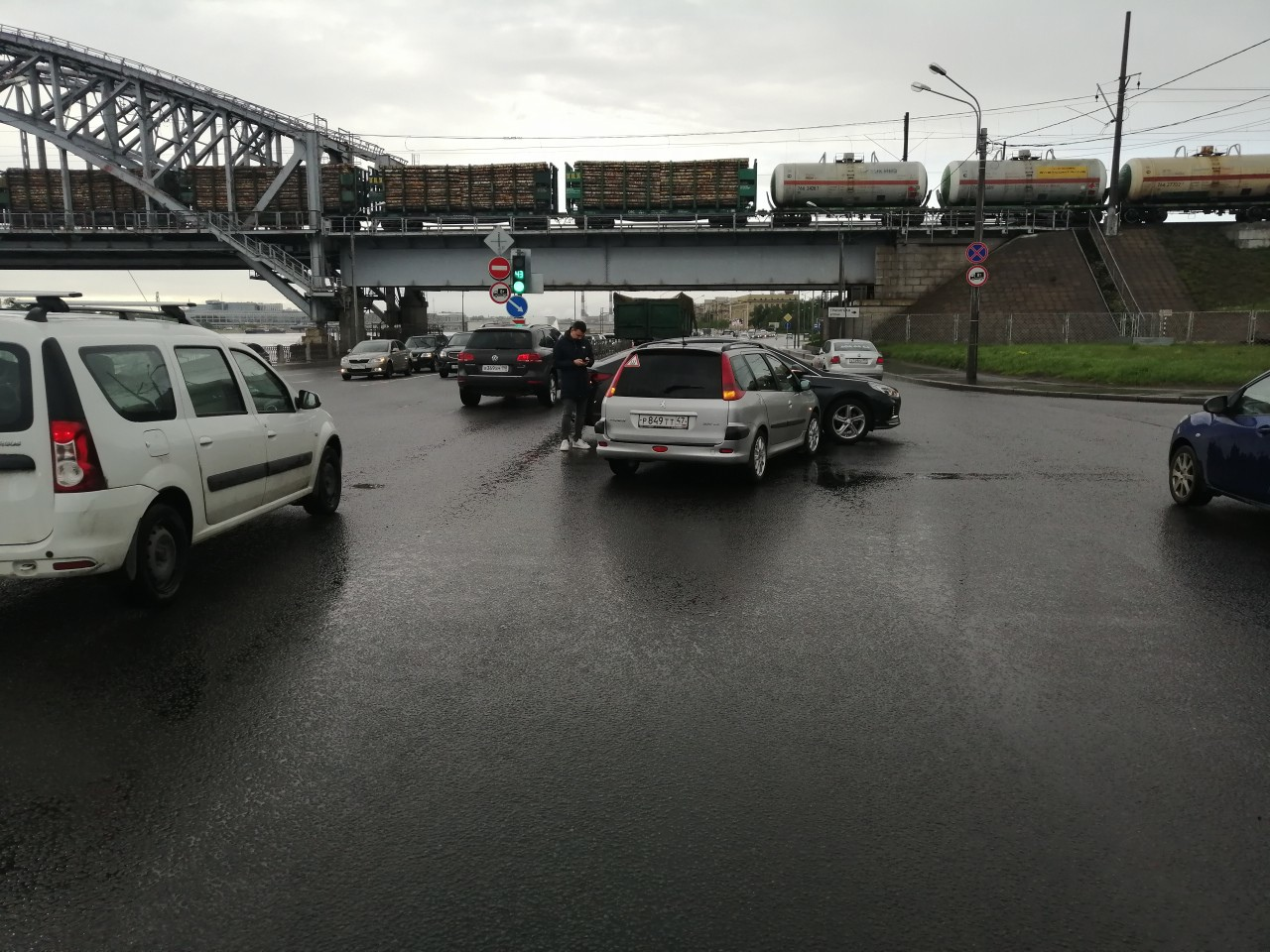21.05 в 17:40-17:50 произошло ДТП на пересечении Октябрьской набережной и Зольной улицы. Прошу откли...