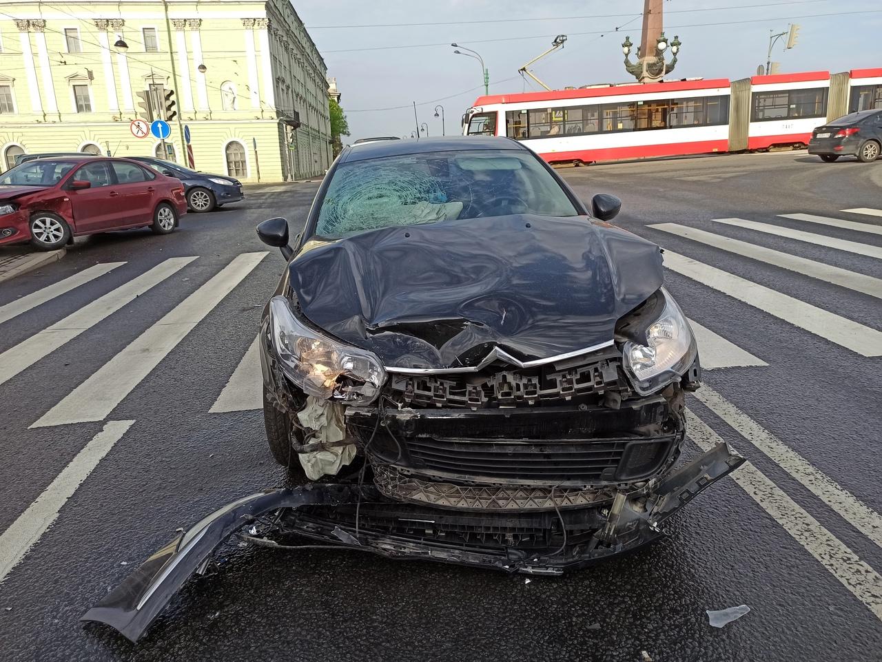 Авария у Троицкого моста между Ситроеном и Фольксвагеном.