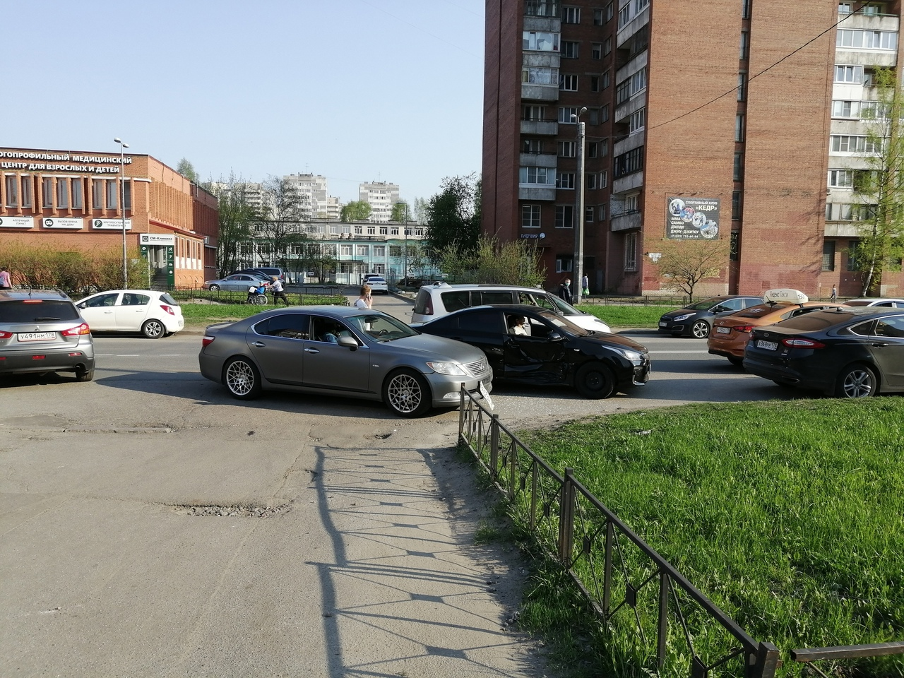 Lexus и Solaris устроили ДТП на проспекте Ударников 18