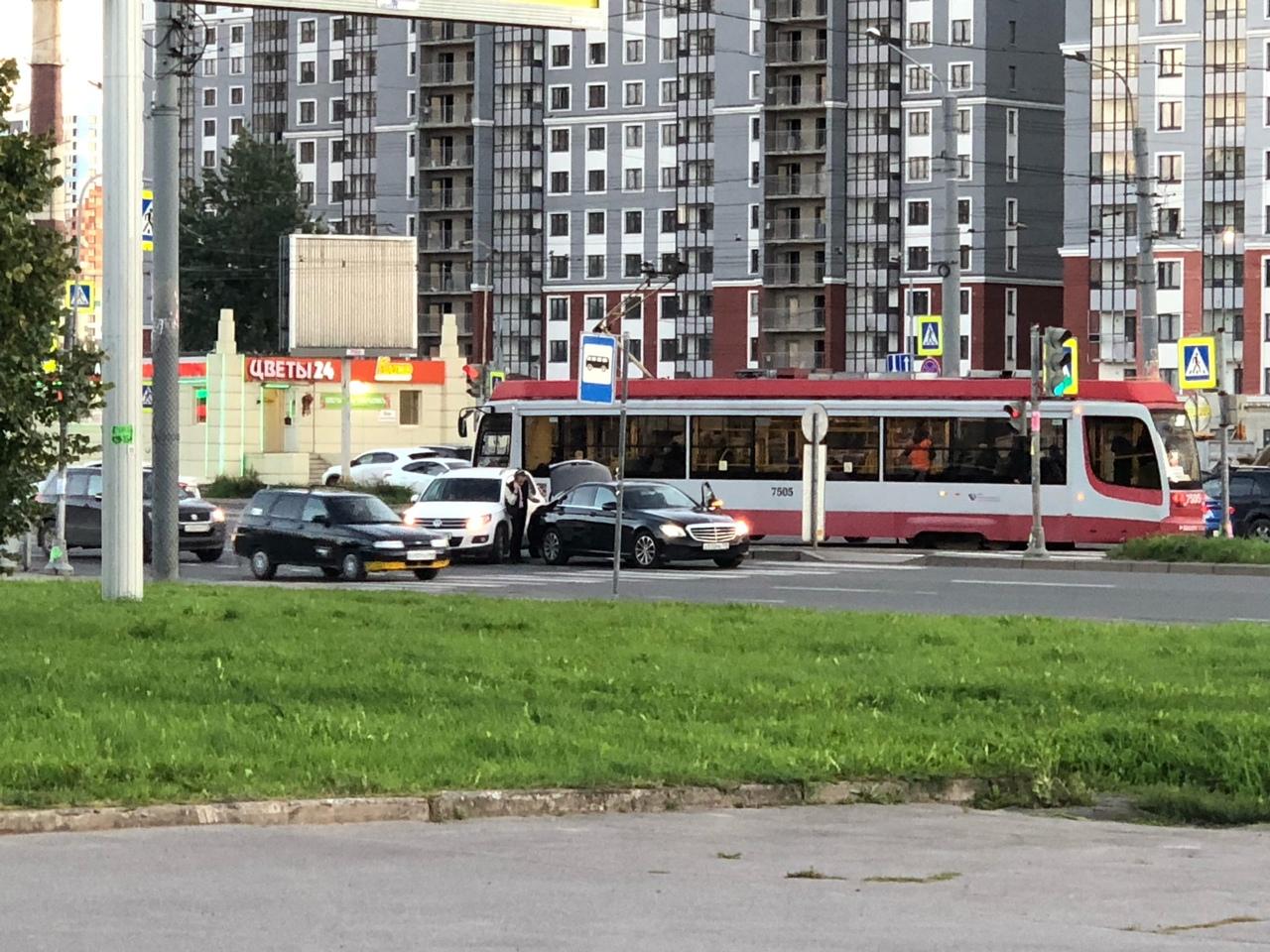 Стоят, скучают Тигуан и Mercedes на перекрёстке Дальневосточного пр. и ул. Дыбенко при развороте на ...