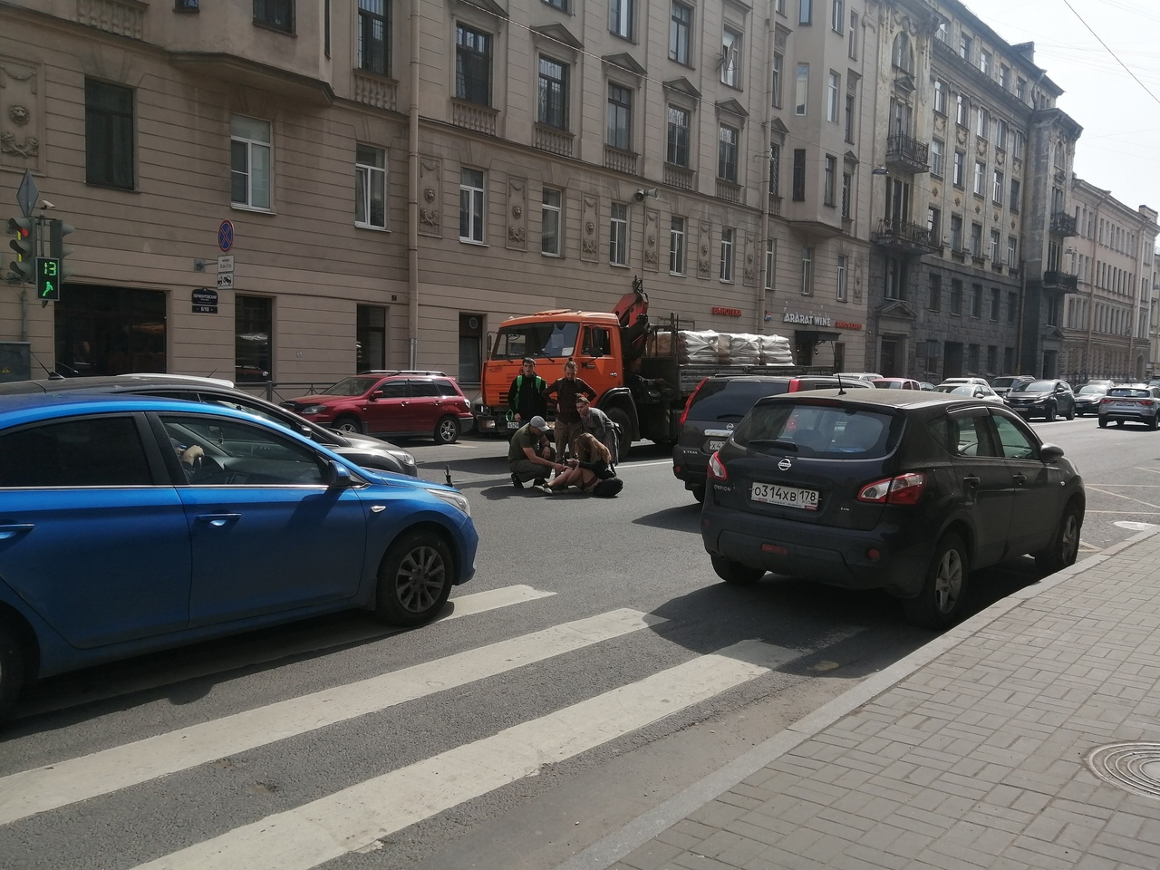 Легковушка сбила девушку на самокате на пешеходном переходе на перекрестке Лермонтовского проспекта ...